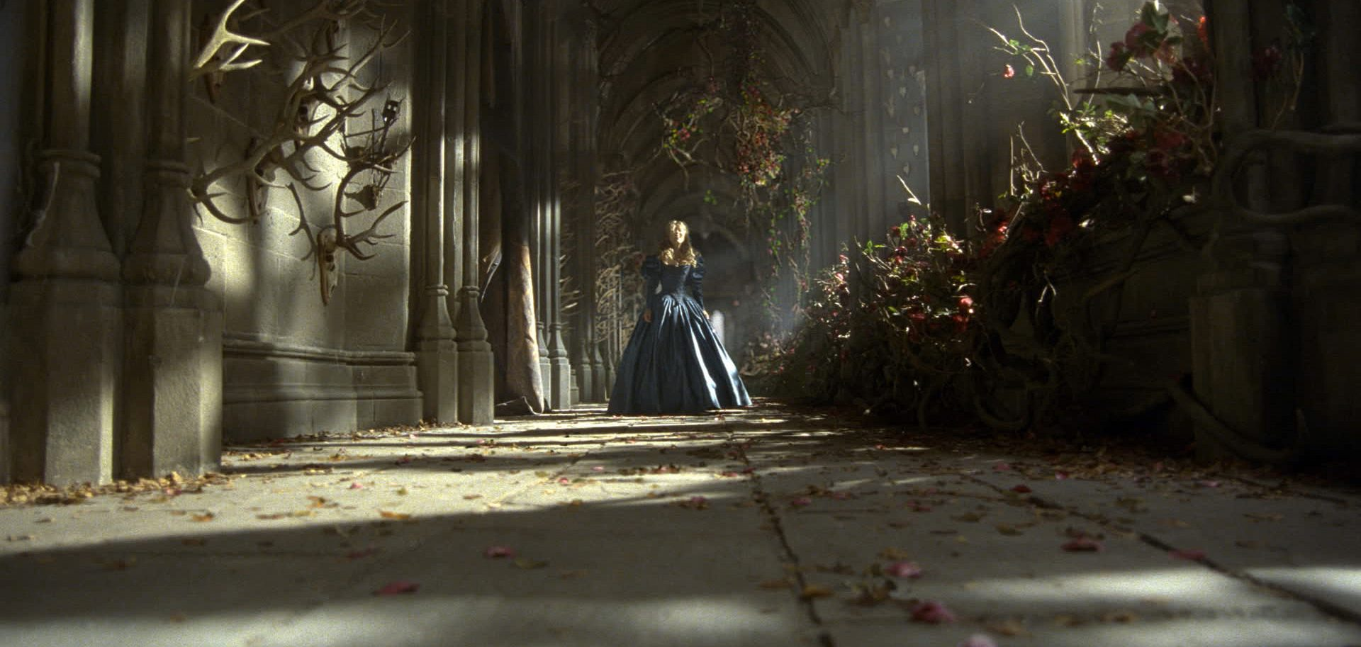 la-belle-et-la-bete-castle-inside-hallway